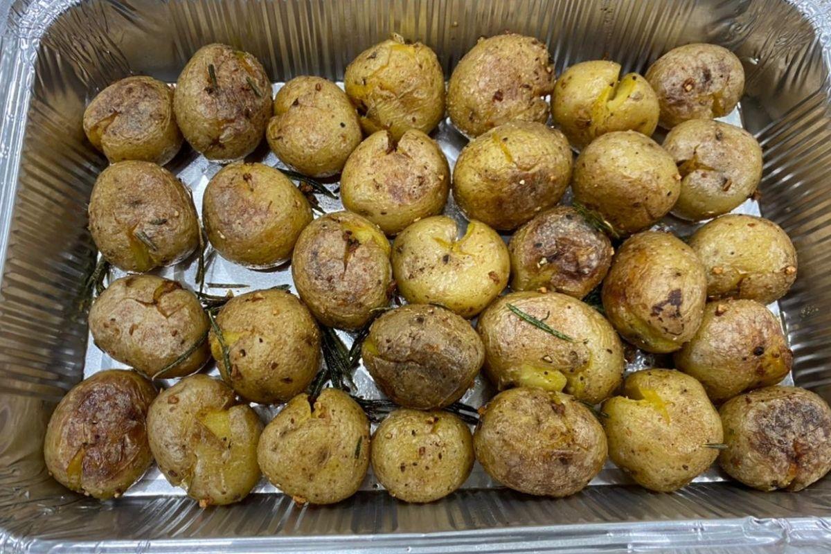 Бейби картофель с розмарином и чесноком